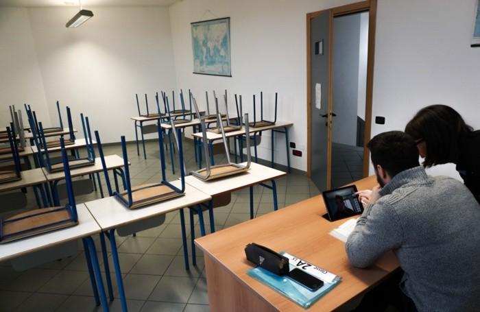 classe dell'istituto aeronautico vuota con la lezione a distranza (steaming)