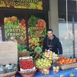 Negoziante egiziano regala la frutta «Accolto 10 anni fa, ora ricambio»