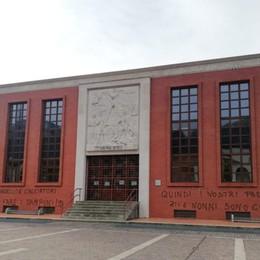 Tamponi, scritta di protesta nella notte  sulla facciata del municipio di Nembro