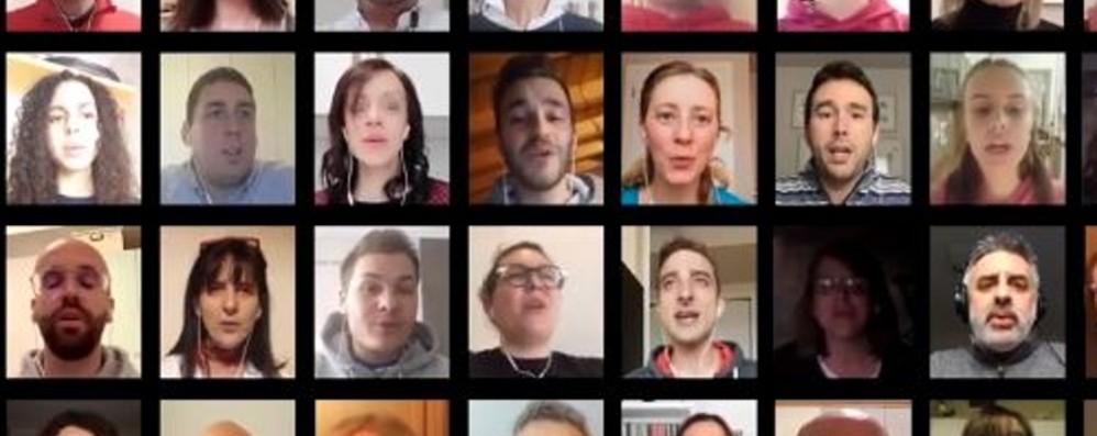 Clusone canta «Resta qui con noi»-Video Il grande coro di speranza diventa virale