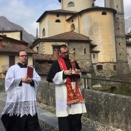 La  Sacra Spina a S. Giovanni Bianco Vie deserte, applausi  dai balconi