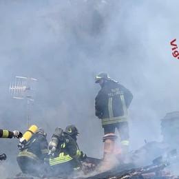 Incendio tetto a Torre Pallavicina Morti 400 maialini, capannone inagibile