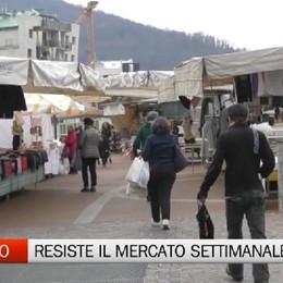Nembro, la gente al mercato settimanale