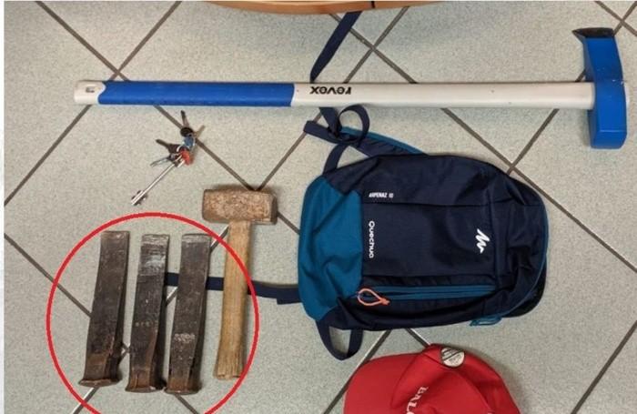 L'«arsenale» in uso al ladro arrestato.