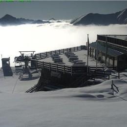 Ancora neve sulle Orobie  La foto del rifugio Montebello di Foppolo