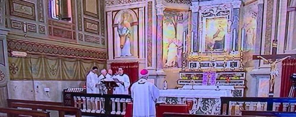 Il vescovo in preghiera a Nembro «Reciterò in tutte le comunità il Rosario»