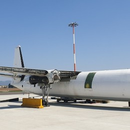 Aeroporto fermo, si demolisce un aereo Si tratta di un vecchio Fokker-27- Video