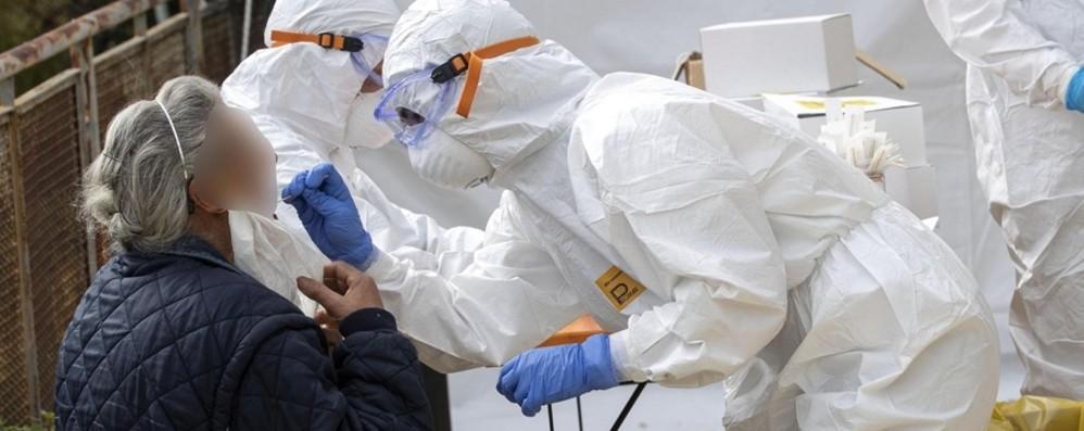 Coronavirus, anziani i più colpiti  Per 170 mila ipotesi ripartenza «lenta»