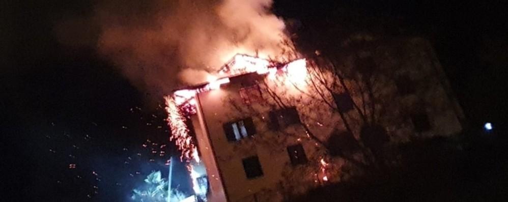 Fiamme nella notte a Endine - Foto A fuoco un tetto, paura ma nessun ferito