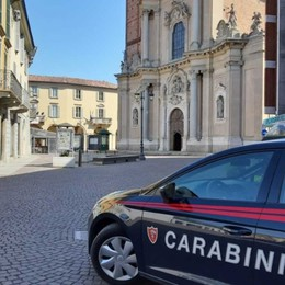 Il diritto allo studio ai tempi del Covid-19 I carabinieri aiutano uno studente per i libri