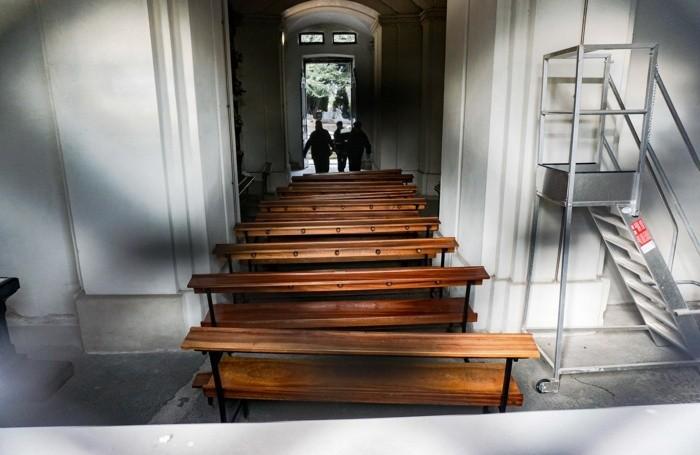 Banchi della chiesa del cimitero tolti per far spazio ai feretri