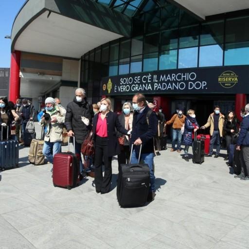 «Ossigeno» per gli ospedali lombardi  Arrivati a Orio 20 medici con aereo militare