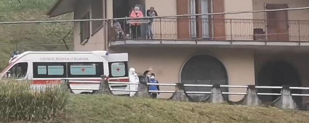 Bruno a casa dopo 40 giorni di ospedale L'arrivo tra applausi e sirene spiegate- Video