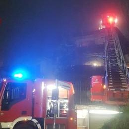 Fiamme in una villetta: brucia il tetto Vigili del fuoco in azione a Pontida