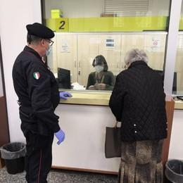 I carabinieri con gli anziani in Posta Una 86enne ritira la pensione a Treviglio