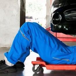 L'auto non parte, finge di saperla riparare Sventata truffa al parcheggio Auchan
