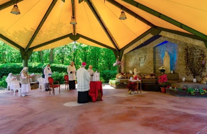 Il vescovo durante il Rosario