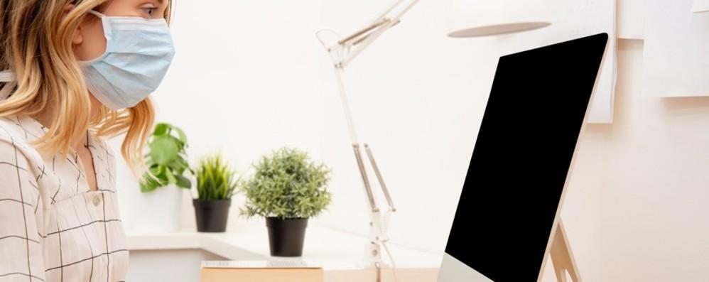 Lavoro: visiere, guanti e calzari  al rientro «Favorire lo smart working se possibile»