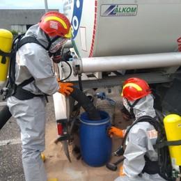 Autocisterna perde idrocarburo in A4 Grumello-Seriate, vigili del fuoco in azione