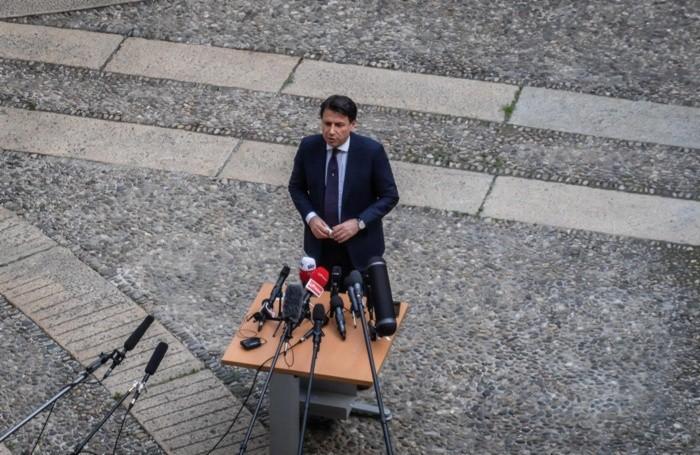 Conte a Milano risponde alle domande dei giornalisti