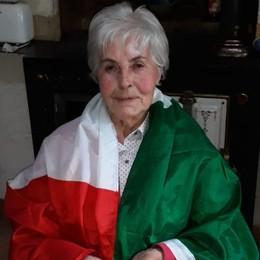 Suonano e le lasciano la bandiera sull'uscio Recuperato il tricolore di nonna Anna