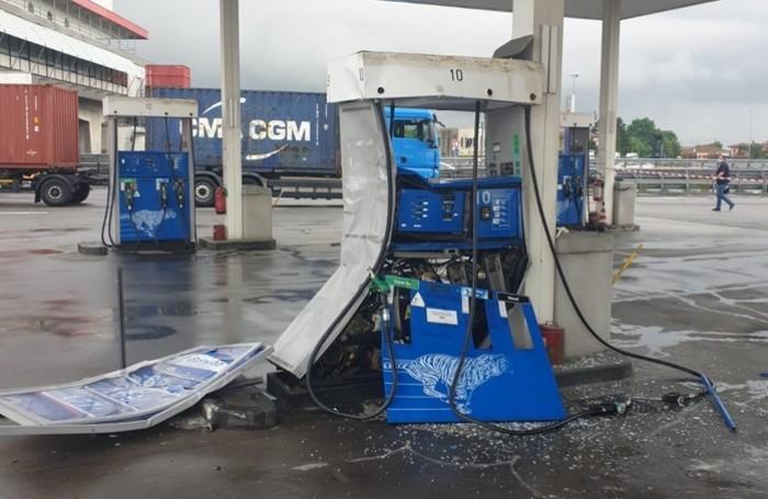 La pompa di carburante distrutta