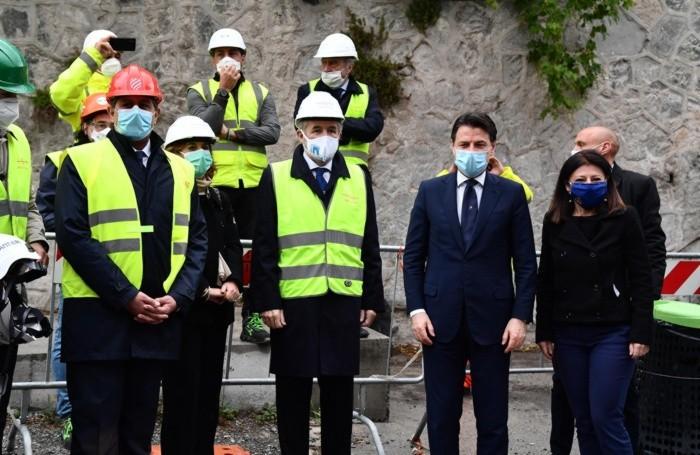 Da sinistra il presidente della Regione Liguria, Giovanni Toti, il sindaco di Genova, Marco Bucci, e il presidente del Consiglio, Giuseppe Conte, con il volto coperto da una mascherina sanitaria