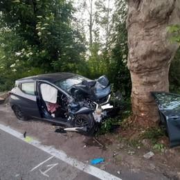 Con l'auto finisce contro un albero Grave donna di 53 anni a Ranica