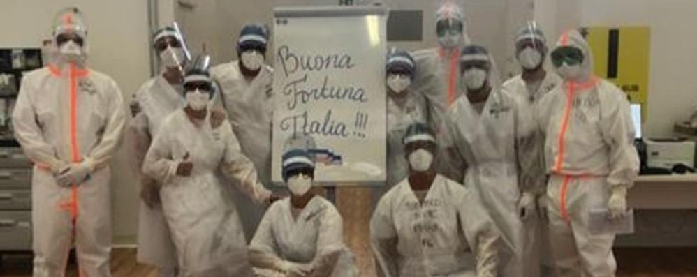 Specialisti militari russi lasciano Bergamo Il saluto dei medici: «Buona fortuna Italia»