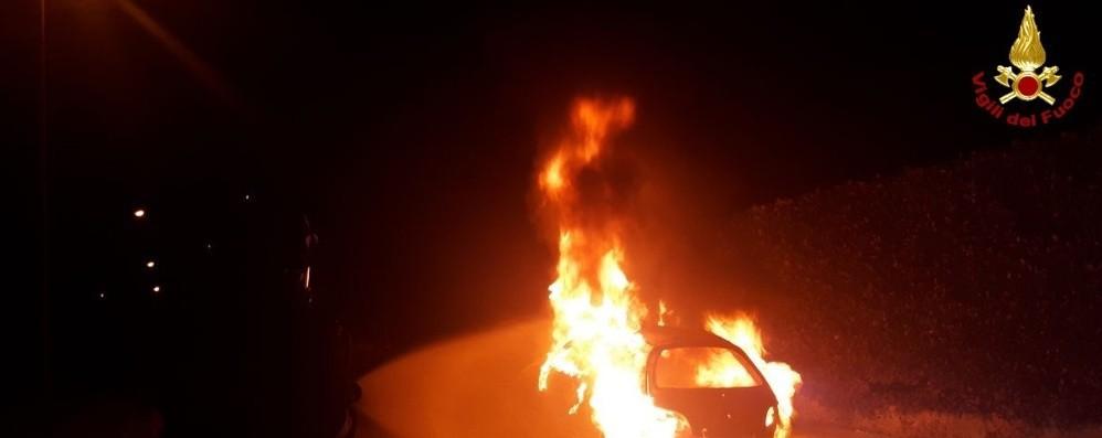 Auto in fiamme, l'allerta dei residenti Vigili del fuoco in azione ad Albino