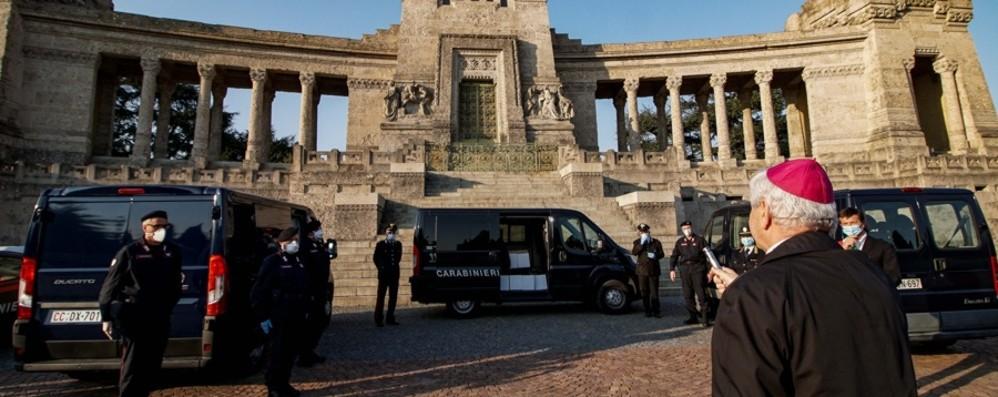 Bergamo riabbraccia 363 suoi figli Urne benedette dal Vescovo al cimitero