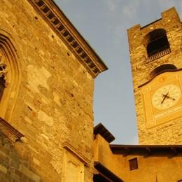 Il Campanone veglia su Bergamo-Video I cento rintocchi per dire «State a casa»