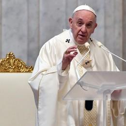 Il Papa nel Giovedì Santo: «Preti, medici,  infermieri santi della porta accanto»