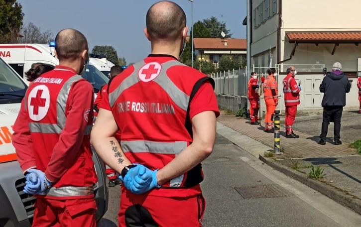 Il suono della sirena per l'addio a Carlo «Ha dedicato la vita alla Croce Rossa»