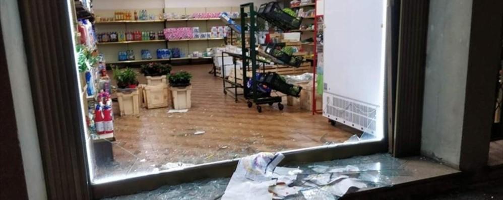 Bolgare, sfonda la vetrina con un tombino Furto in un negozio di ortofrutta a Bolgare