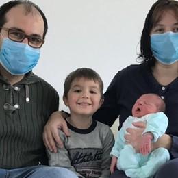 Fiocco azzurro, ma in  guanti e mascherina  Così si diventa papà al tempo del virus