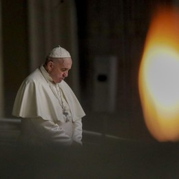 Il Papa guida la Via Crucis in San Pietro «Sono vicino ai dolori del mondo»