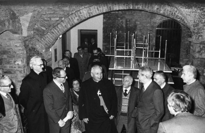 :Inaugurazione Palazzo Terzi, sede di via Salvecchio, visita degli scantinati. Da sinistra: il Rettore Giorgio Szego, mons. Clemente Gaddi e il sindaco Giacomo Pezzotta