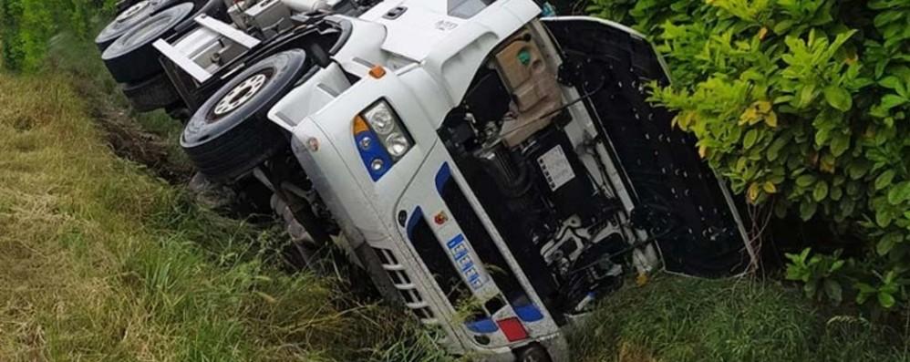 Camion esce di strada a Martinengo Spavento, ma autista 46enne illeso- Foto