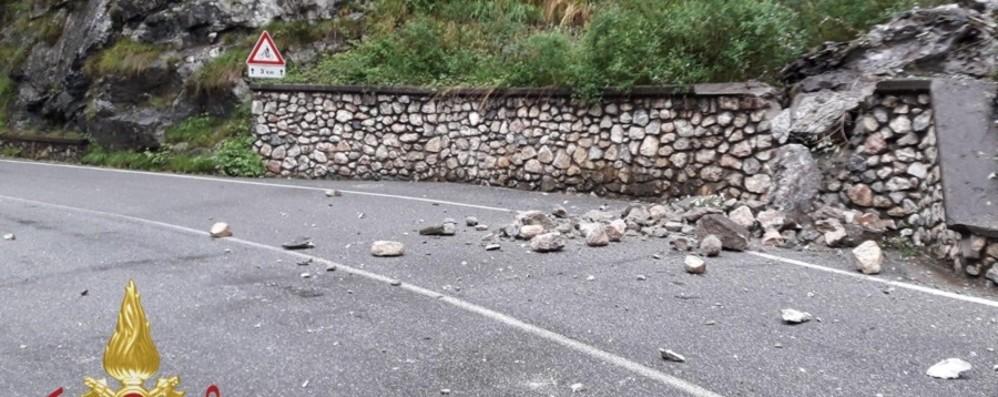 Frana negli orridi della Val Taleggio Massi sull'asfalto, area già in sicurezza