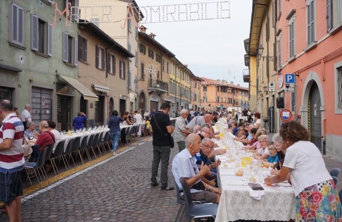 Festa dell'Apparizione in Borgo santa Caterina a Bergamo - cena lungo la via - 14esima edizione della «Serata di Festa nel Borgo d'Oro»