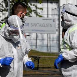 Lombardia, il rischio dovuto ai casi numerosi Il virologo Pregliasco: «In Italia due virus»