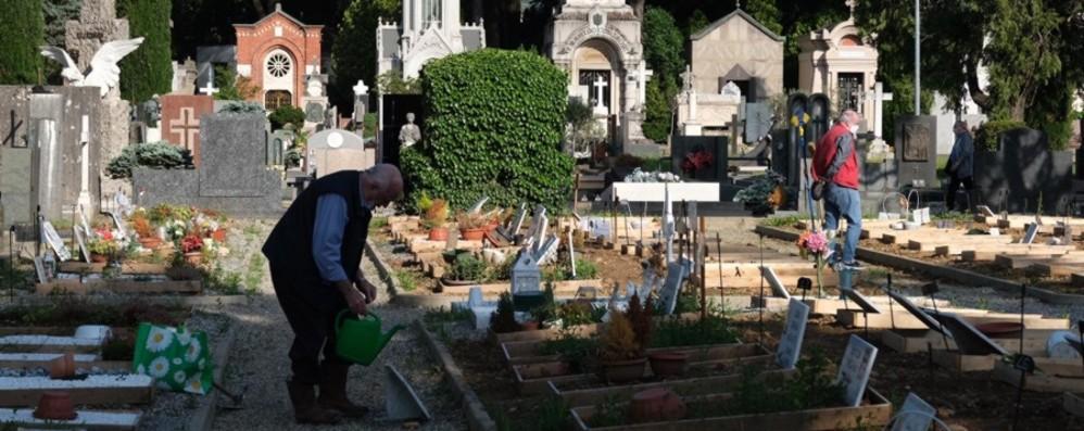 Silenzio, commozione e preghiere Bergamo, riaperto il cimitero