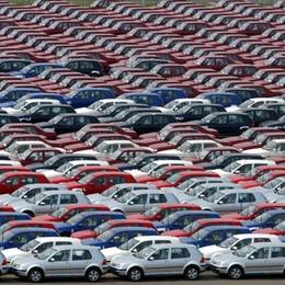 Vendite di auto: peggior calo di sempre Però il costo dell'assicurazione è sceso