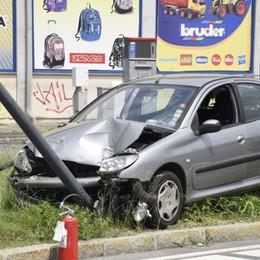 Abbatte un  cartellone e un palo della luce Treviglio  22enne fuori strada con l'auto