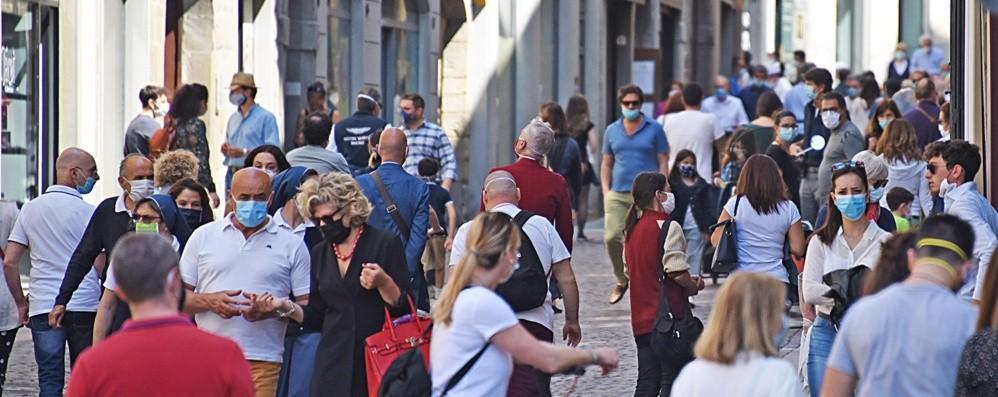 Boom di gente domenica mattina in centro Con la mascherina si riappropria della città