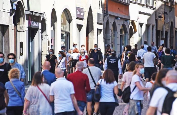 Via Sant'Alessandro, nei pressi di piazza Pontida,  popolata di gente nella mattinata di domenica 24 maggio