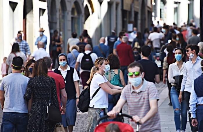 Via Sant'Alessandro popolata di gente nella mattinata di domenica 24 maggio