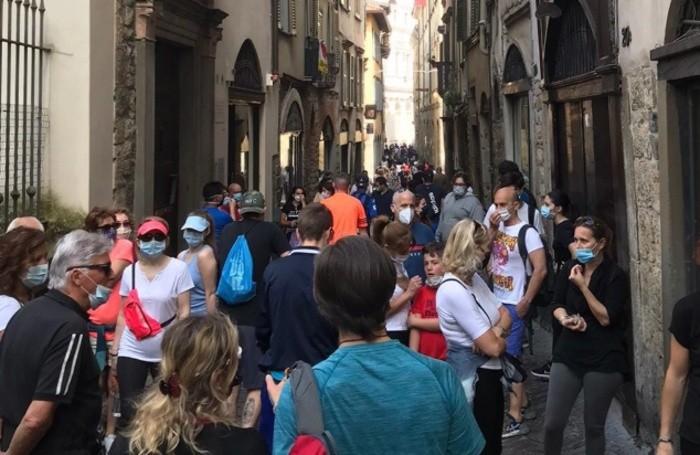 La folla, che ha suscitato polemiche,  sulla Corsarola domenica 17 maggio