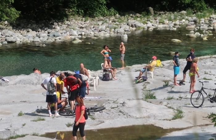 Più affollato il fiume Serio sotto il ponte del Costone in territorio di  Casnigo con qualche bagnante di troppo